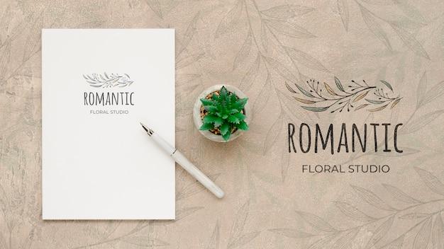 Studio floral romantique vue de dessus avec maquette