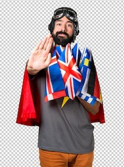 Super-héros avec beaucoup de drapeaux faisant signe d'arrêt