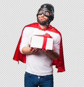 Super héros tenant un cadeau