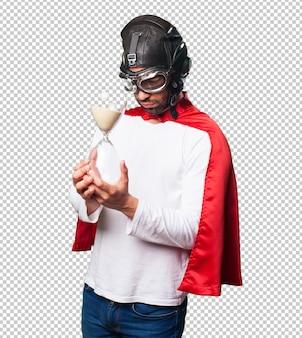 Super héros tenant un sablier
