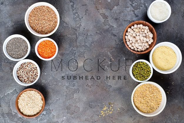 Superaliments et sélection de céréales dans des bols sur béton gris