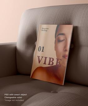 Support de magazine réaliste sur le canapé