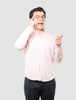 Surpris de jeune homme faisant un geste de concentration