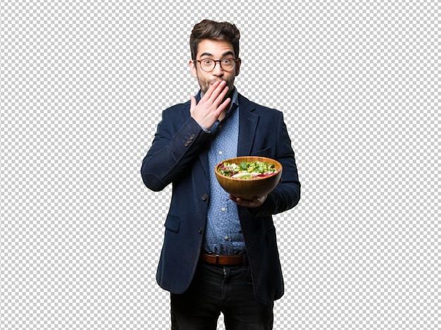 Surpris jeune homme tenant un saladier
