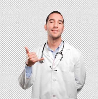 Surpris jeune médecin avec geste d'appel