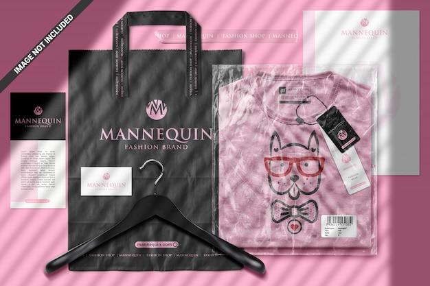 T-shirt dans un sac en plastique avec maquette de scène d'objets de marque