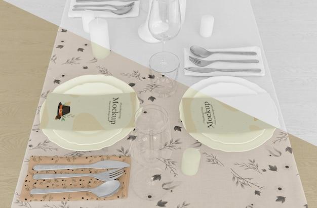 Table de dîner de thanksgiving avec couverts et assiettes