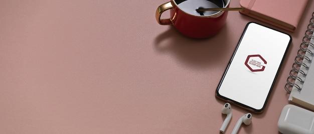 Table d'étude rose avec smartphone maquette