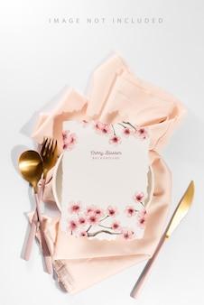 Table de service avec maquette de carte pour menus et dépliants