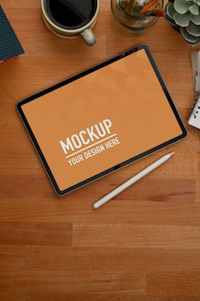 Table de travail avec tablette, stylet, décorations et espace de copie dans la salle de bureau, chemin de détourage