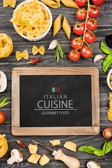 Tableau noir et arrangement de cuisine italienne