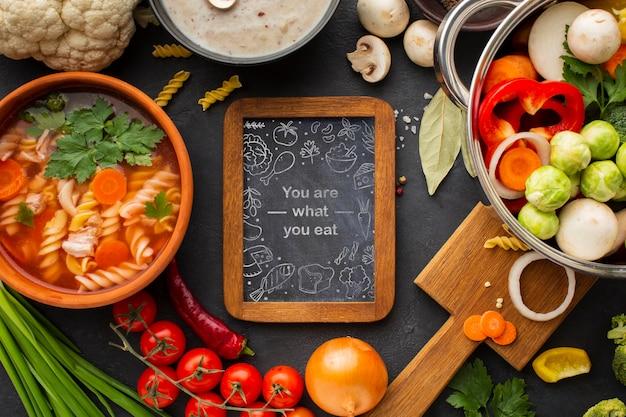 Tableau noir avec cadre de légumes
