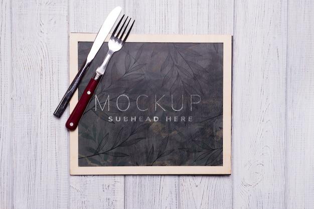 Tableau noir avec couteau et fourchette