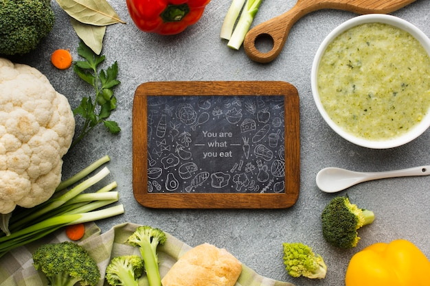 Tableau noir avec des légumes sains