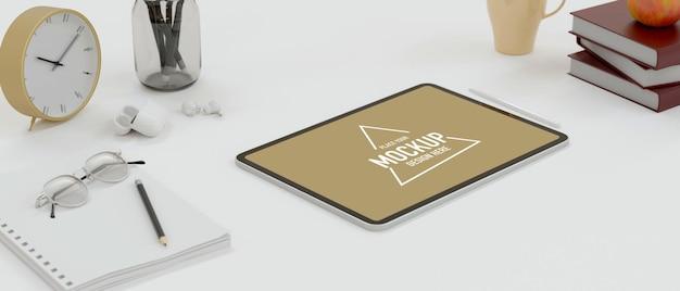 Tablette numérique avec écran de maquette sur table d'étude avec papeterie