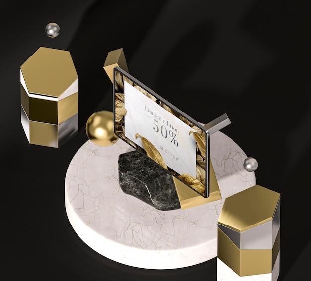 Tablette numérique avec feuilles d'or haute vue