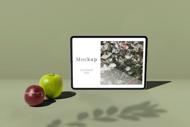 Tablette avec pomme et prune