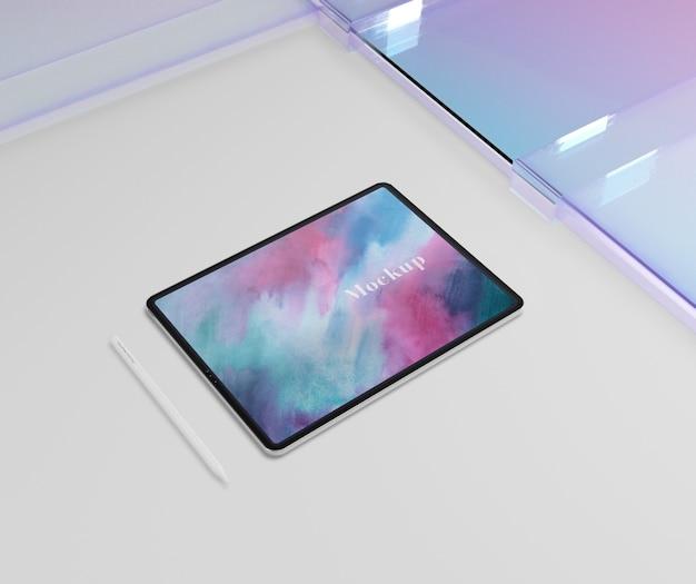 Tablette avec stylo et verre transparent