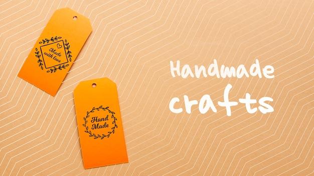 Tags avec des objets artisanaux sur carton