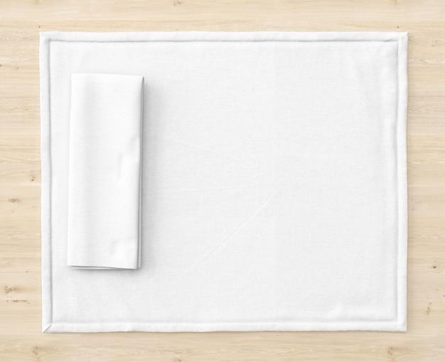 Tapis blanc sur table en bois