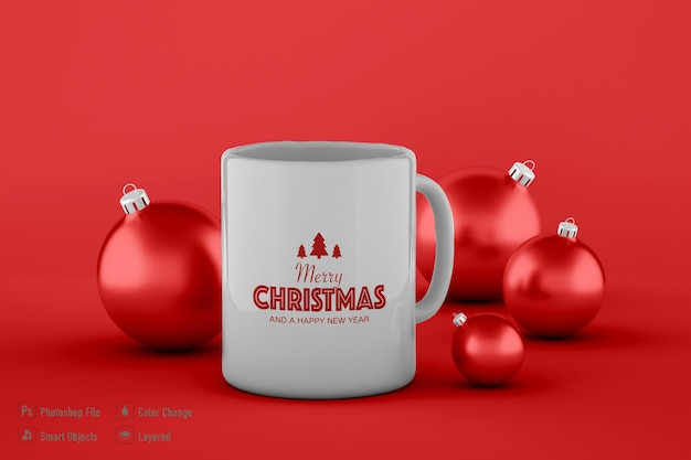 Tasse de café et maquette de boule de noël isolé sur fond rouge