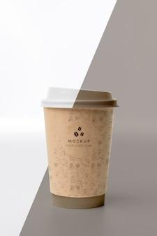 Tasse en plastique avec café maquette sur table