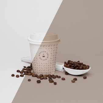 Tasse en plastique avec des grains de café