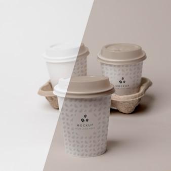 Tasse en plastique avec maquette de café à l'appui