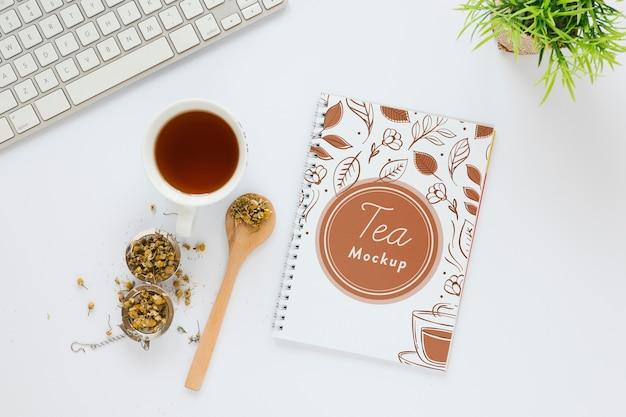 Tasse de thé vue de dessus sur table