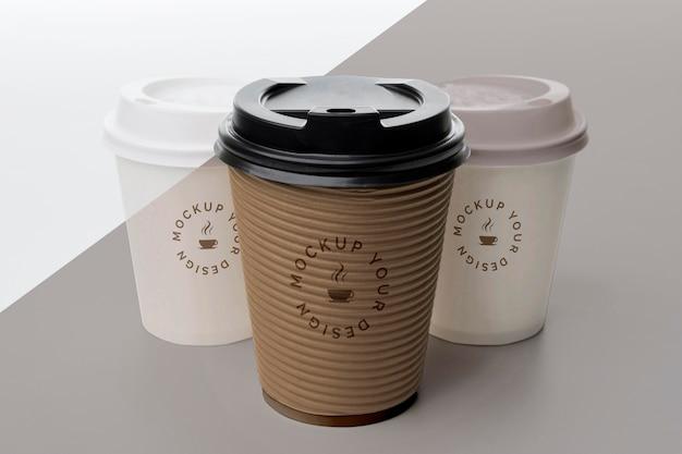 Tasses en plastique avec café maquette sur table