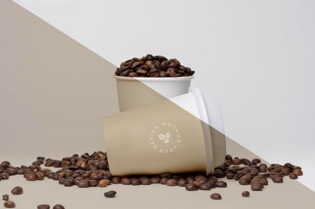 Tasses en plastique avec des grains de café