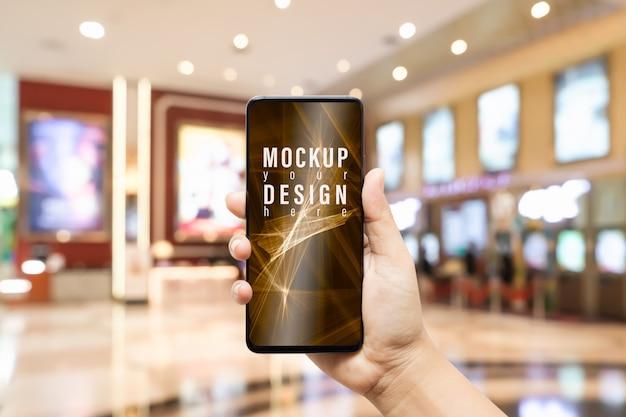 Téléphone mobile maquette avec salle d'image floue du comptoir de vente de billets