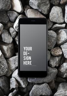 Téléphone portable sur une surface rocheuse
