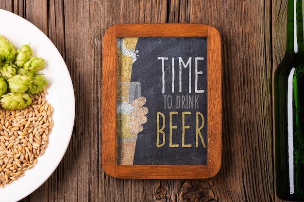 Temps pour le signe de la bière avec des graines sur la plaque