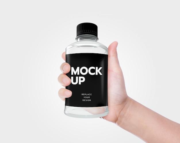 Tenez la maquette de la bouteille d'eau à la main