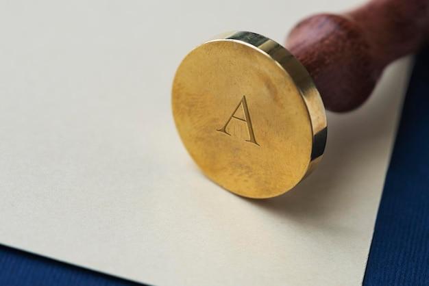 Timbre de sceau de cire or vintage avec une poignée en bois