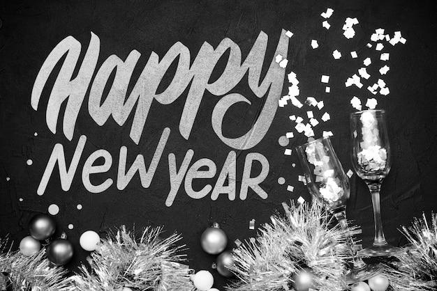 Tinsel et boules de noël pour la fête du nouvel an