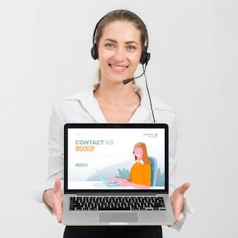 Travailleur avec assistant de centre d'appels pour ordinateur portable
