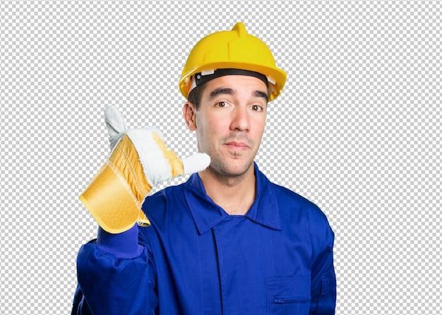 Travailleur heureux avec geste d'appel sur fond blanc