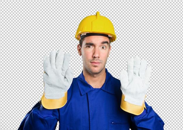 Travailleur sérieux avec arrêt du geste sur fond blanc