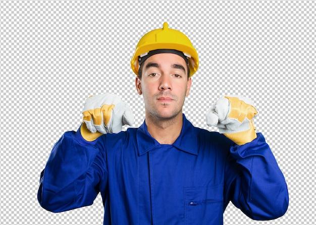 Travailleur tenant une affiche imaginaire sur fond blanc