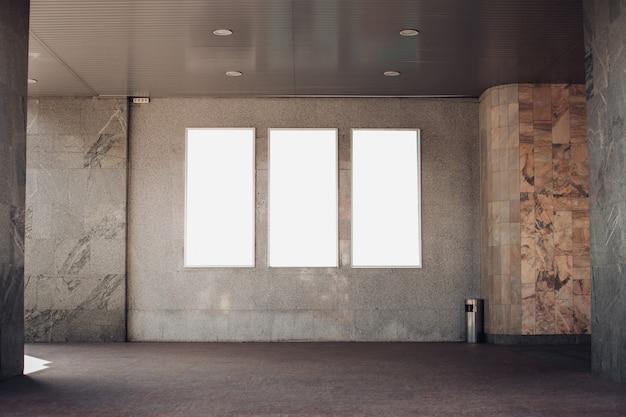 Trois panneaux lumineux, des panneaux d'affichage sont sur le mur du bâtiment à l'extérieur