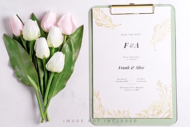 Tulipes pastel avec maquette de presse-papiers sur blanc