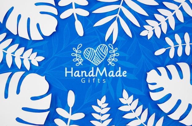 Usines de papier fond bleu et feuilles blanches