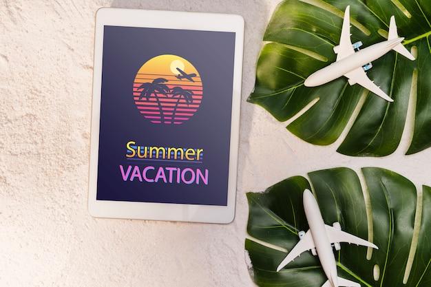 Vacances d'été, feuilles de palmier et avions jouets