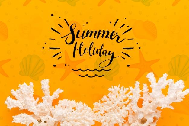 Vacances d'été à plat avec corail blanc