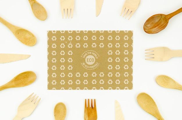 Vaisselle écologique entourée de fourchettes