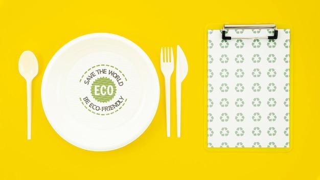 Vaisselle écologique avec maquette de plaque