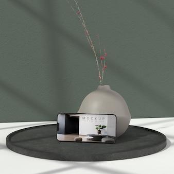 Vase minimal et maquette de téléphone