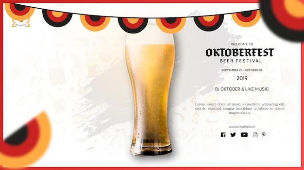 Verre de bière oktoberfest avec mousse